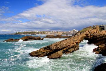 La côte rocheuse de Biarritz sous le soleil et le ciel bleu