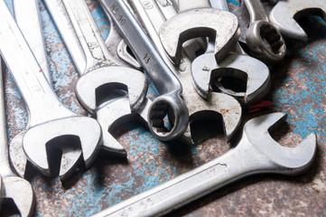 Insieme di chiavi inglesi su un ripiano di lavoro