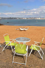 Chaises jaunes table et pirogue Hawaienne Socoa pays basque