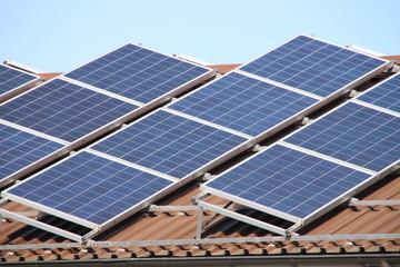Solartechnik unter blauem Himmel