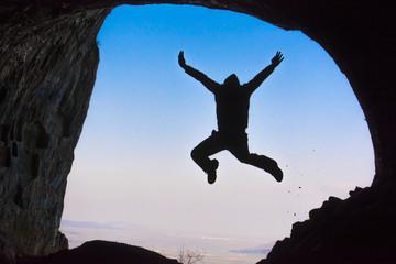 mağarada atlamak,hoplamak,zıplamak