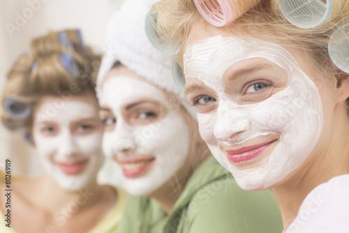 Leinwanddruck Bild Junge Frau mir großen Lockenwicklern und Gesichtsmaske