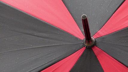 schlechtes wetter, regen fällt auf regenschirm