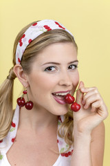 Junge Frau mit Kirschen