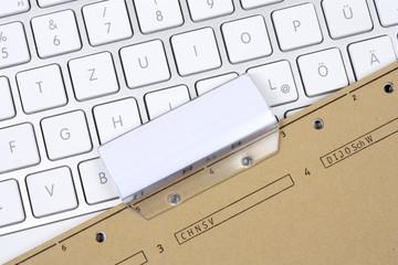 Akte mit Tastatur