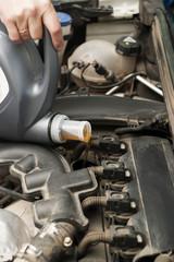 Доливка моторного масла в двигатель автомобиля