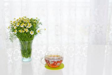 温かい紅茶と美しい花