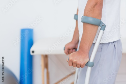 Poster Fitness Patient standing with crutch