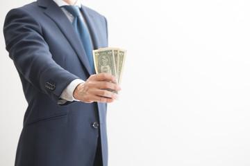 紙幣を掴むビジネスマン
