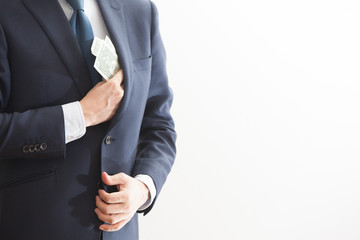 紙幣を胸元から出すビジネスマン