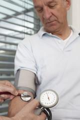 Männlicher patient bei Blutdruckmessung