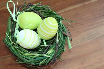 Frohe Ostern - Osternest mit bemalten Eiern