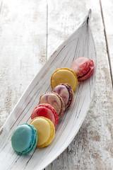Bunte Macaron in Reihe, Holzschiffchen