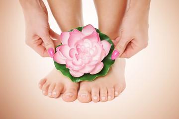 Hände und Füße mit Blume