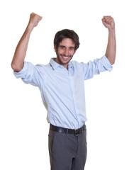 Glücklicher Mann mit schwarzen Haaren und Bart