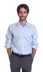 Cooler Mann mit Bart und schwarzen Haaren