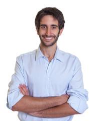 Mann mit Bart und schwarzen Haaren lacht in die Kamera