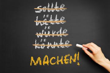 Hand schreibt Motivation an Tafel