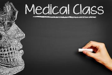 Hand schreibt Medical Class an Tafel