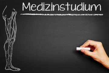 Hand schreibt Medizinstudium an Tafel