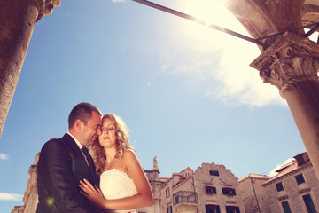 groom and bride in the city on a sunny day