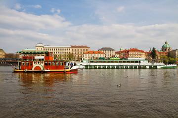 Чехия. Прага. Прогулочные корабли на реке Влтава