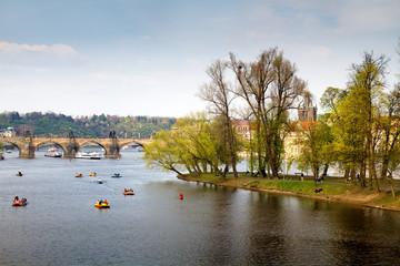 Чехия. Прага. Прогулочные лодки и катамараны на реке Влтава
