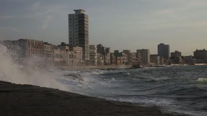Olas en el Malecon de La Habana Cuba