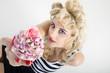 Blonde Frau bietet Cupcake an