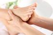 Leinwanddruck Bild - Masaż stóp, kobieta u kosmetyczki