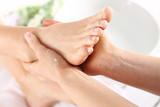 Masaż stóp, kobieta u kosmetyczki
