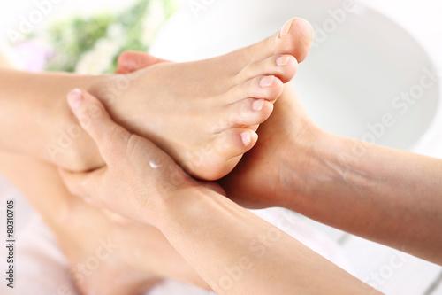 Leinwandbild Motiv Masaż stóp, kobieta u kosmetyczki