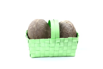 2 Kokosnüsse in grünem Osterkorb