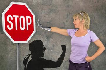 Frau mit eiserner Hand gegen Gewalt