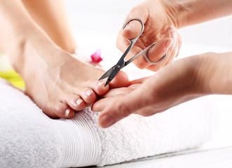 Obcinanie paznokci u stóp, kobieta na pedicure