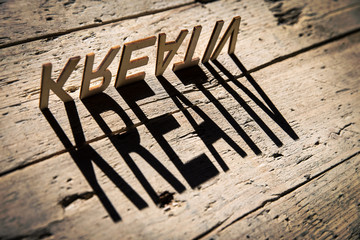 Buchstaben aus Holz bilden das Wort Kreativ