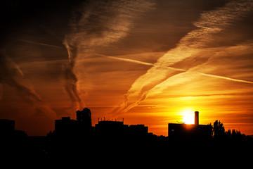 Sonnenuntergang im Industriegebiet