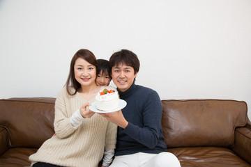 記念日を祝う家族