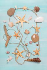 Maritime Dekoration: Strandgut mit Muscheln und Treibholz