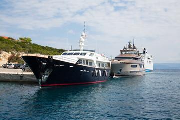 Teure Yachten im Hafen