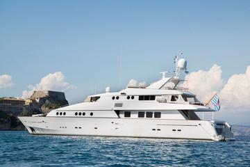 Luxusyacht am Meer