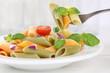 Leinwanddruck Bild - Bunte Penne Rigate Nudeln Pasta Gericht essen