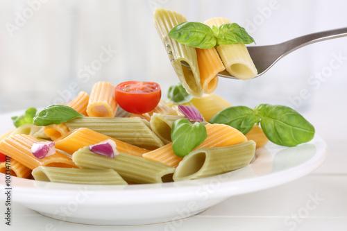 Leinwanddruck Bild Bunte Penne Rigate Nudeln Pasta Gericht essen