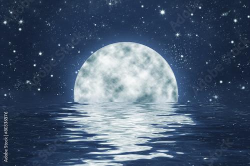 Poster Vollmond an Sternen Himmel mit Spiegelung in Wasser, Hintergrund