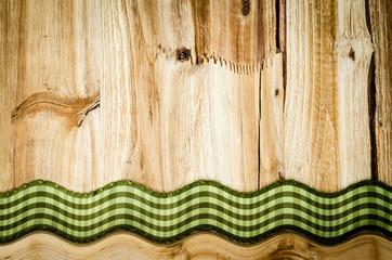 Holztafel mit Band, im Bogen