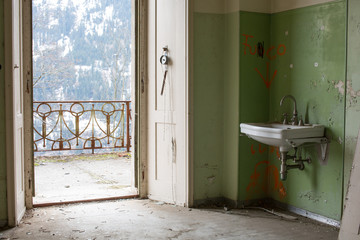 Lavabo im verlassenen Haus