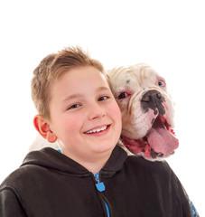 Kind mit seinem Hundefreund
