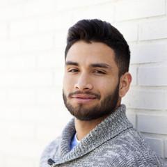 Primer plano de joven con barba sonriendo