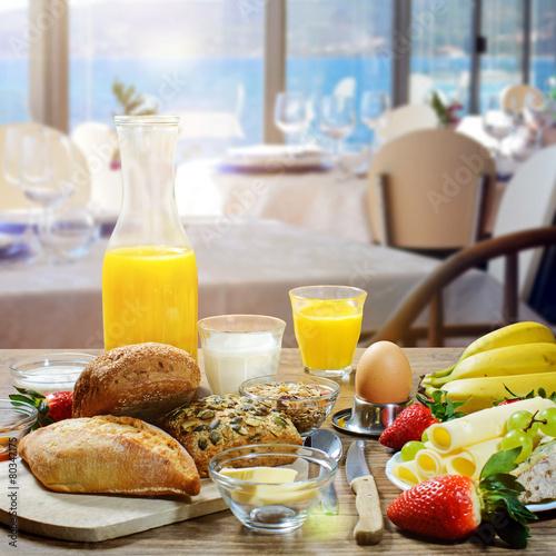 Papiers peints Table preparee gesundes Frühstück in einem Hotel mit Meerblick