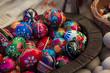 Wielkanoc pisanki jajka wydmuszki w koszyku - 80349102